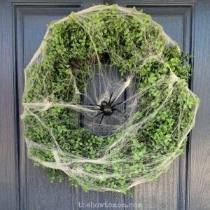 Easy DIY Halloween Wreath – with spiders and boxwood