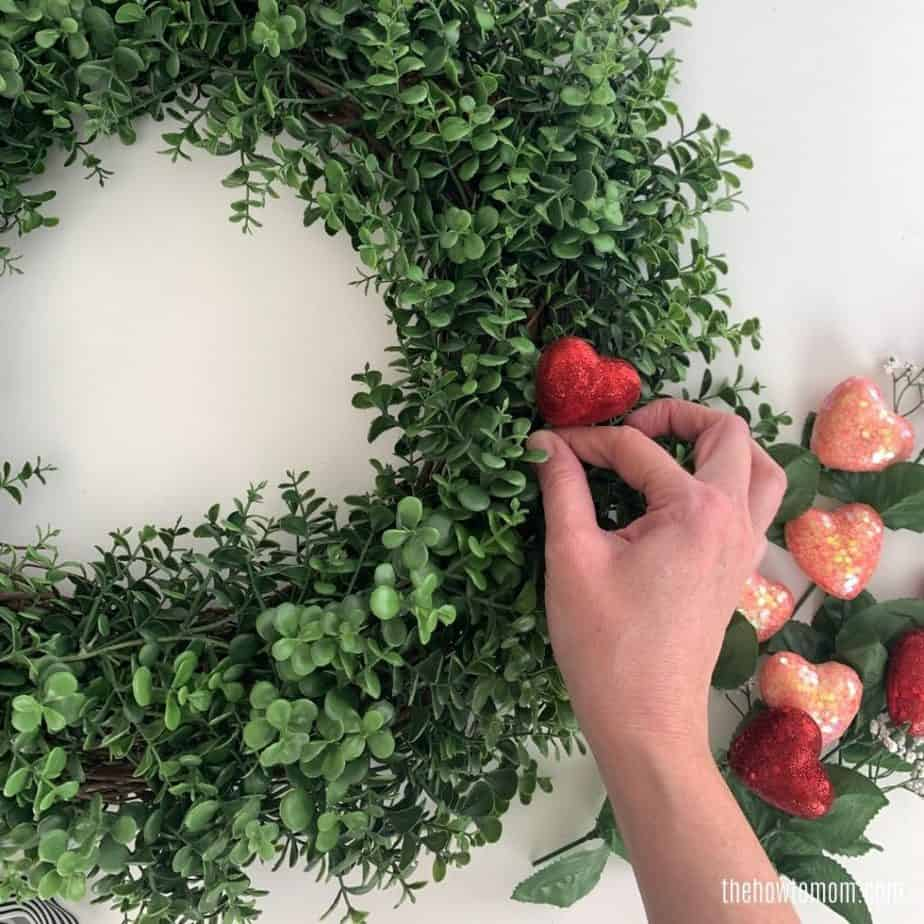 making a valentines day wreath with boxwood